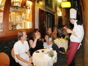 Se vuoi restare dopo cena per parlare con il gruppo scolastico e lo Chef, William sarà lieto di intrattenersi con voi...